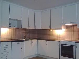 omakotitalon keittiön laatoitus ja kalusteiden asennus